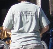 斯坦福内穿CC衬衫的学生